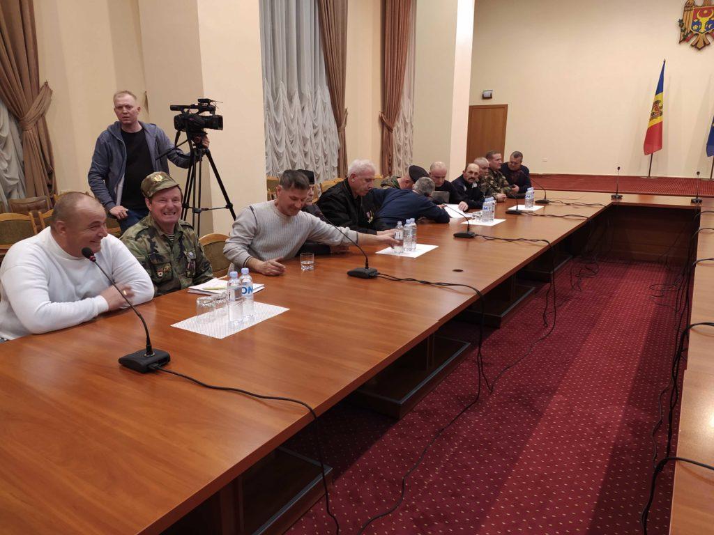 Кику согласился говорить спротестующими при журналистах. Представители ветеранов зашли вздание правительства (ВИДЕО)