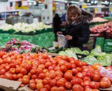 """""""Națiunea suferă, iar cineva câștigă"""". Un deputat a comparat prețul legumelor cumpărate angro cu cele din magazine"""