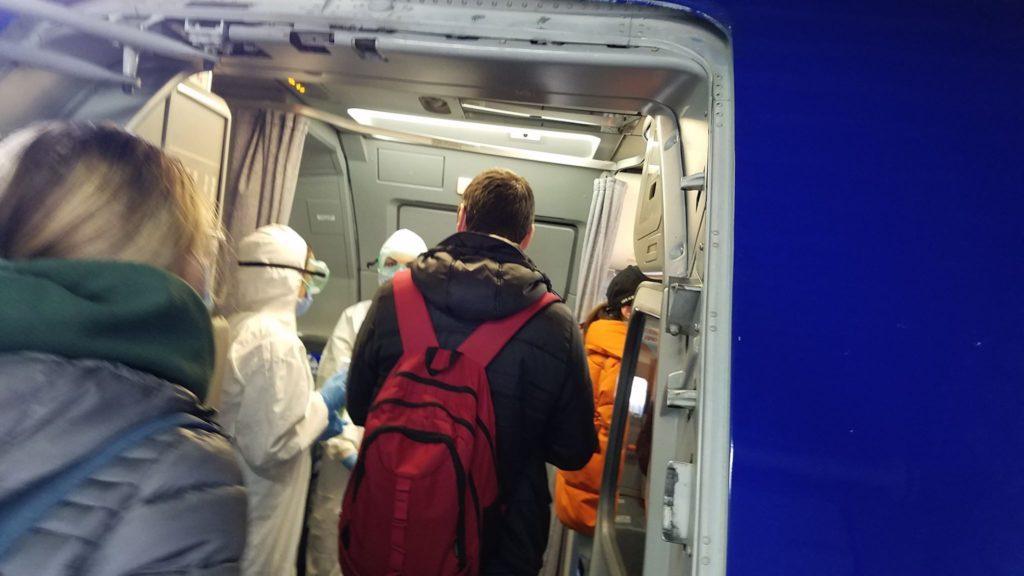 Стюардессы в «скафандрах», медполис и автомат Калашникова. Интервью NM с пассажиром чартера Лондон — Кишинев