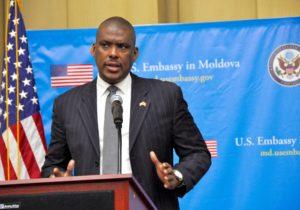 «Мывсе выйдем изэтого кризиса сильнее». Посол США Хоган опоследствиях пандемии COVID-19