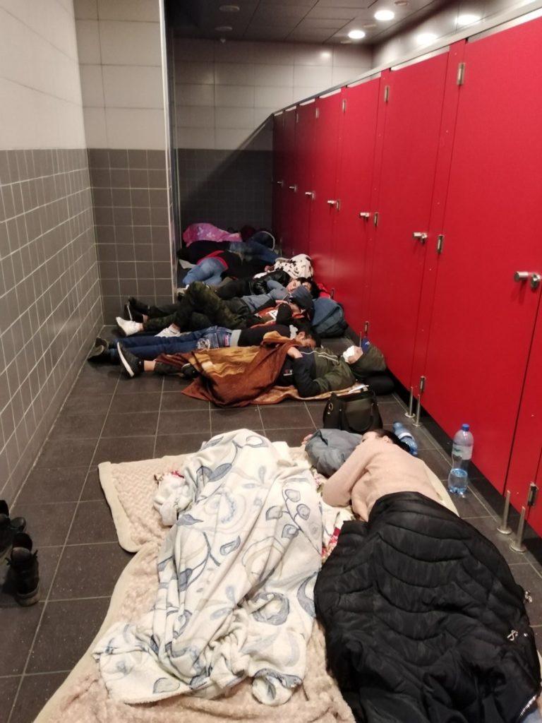 """""""Trăim în scara unui bloc de locuit în orașul Bydgoszcz"""". Migranți din Moldova au rămas blocați în Polonia"""
