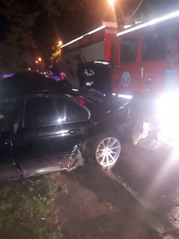 ВКишиневе BMW врезался вдерево. Пассажир оказался заблокированным вмашине (ФОТО)