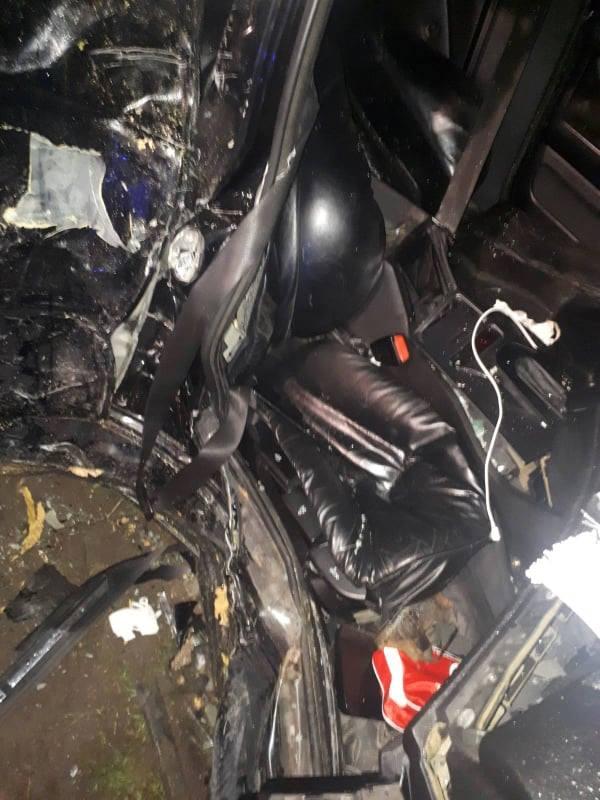 FOTO Accident nocturn în capitală. Un BMW a fost făcut zob, iar un tânăr a rămas blocat între fiarele mașinii