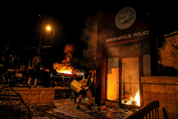 ВМиннеаполисе ввели режимЧС из-за беспорядков после гибели афроамериканца (ФОТО, ВИДЕО)