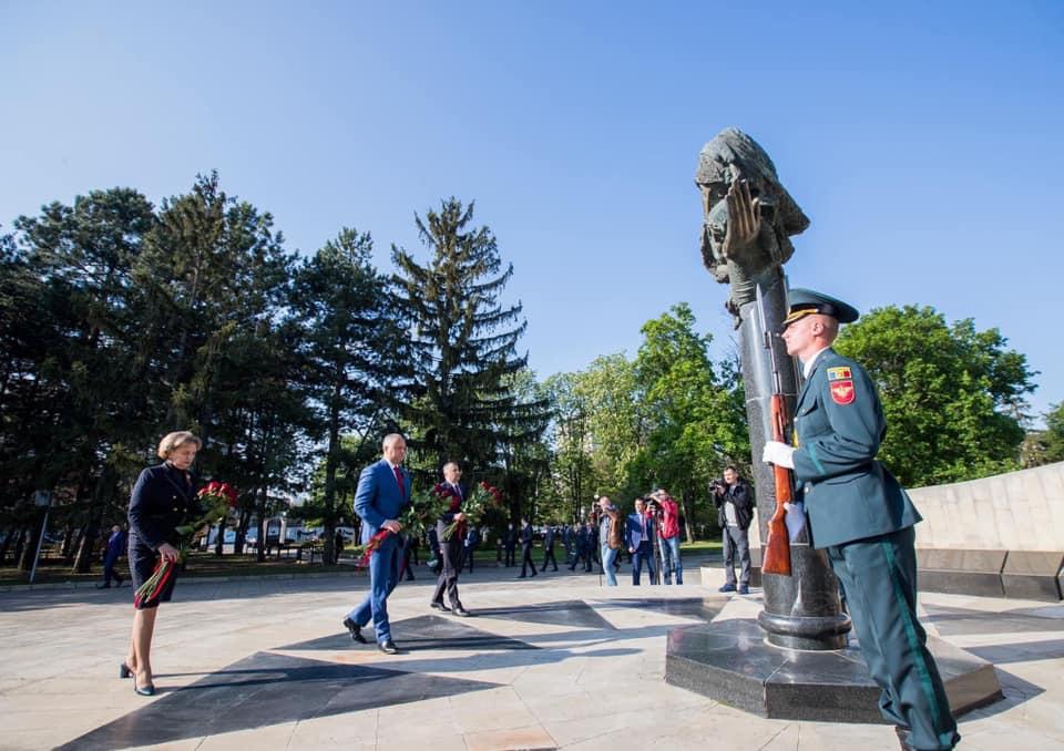 Первые лица Молдовы возложили цветы к Вечному огню (ФОТО)