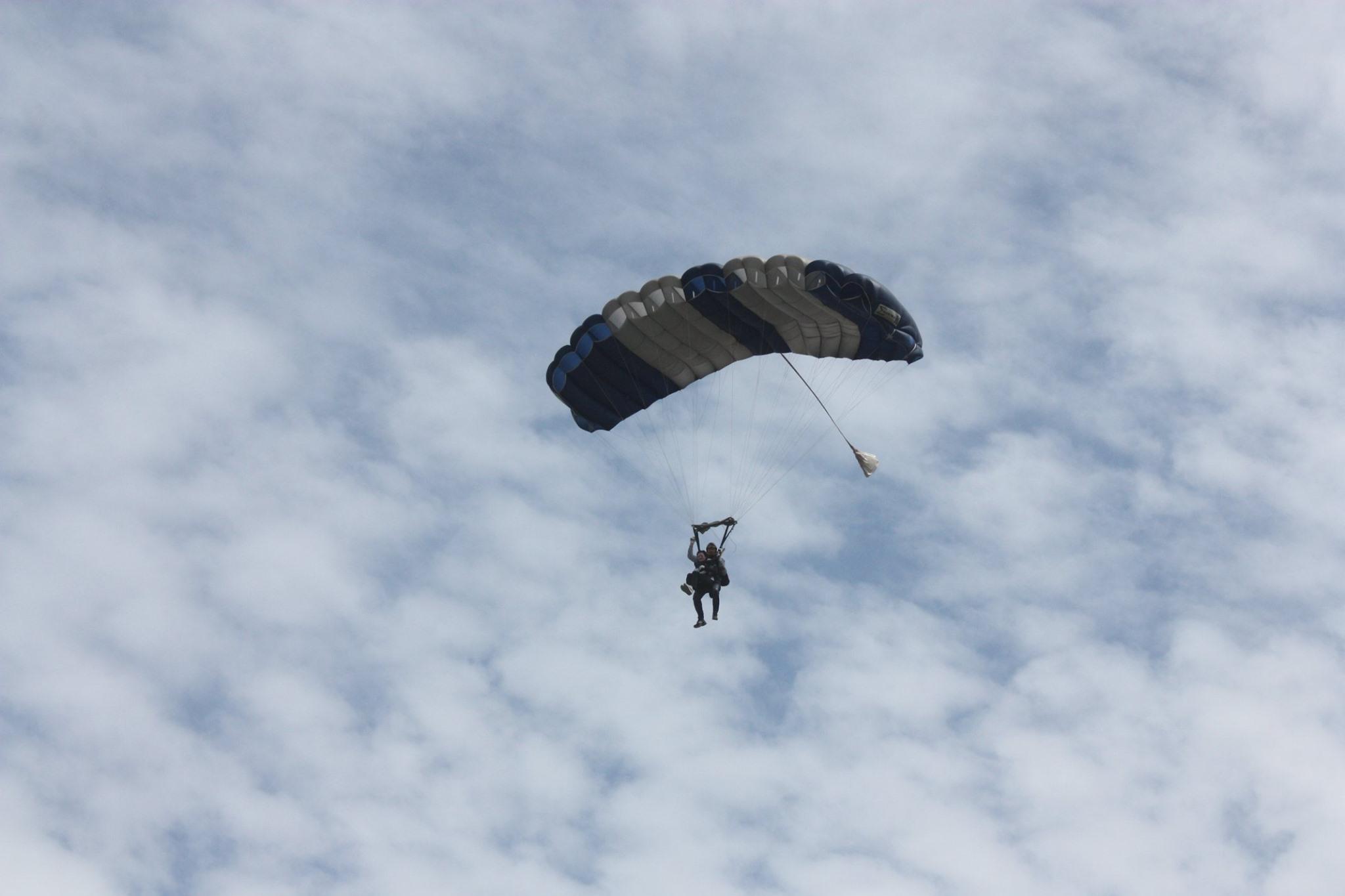 «Хотела увидеть землю сверху». Как Майя Санду прыгала с парашютом в свой день рождения (ФОТО)