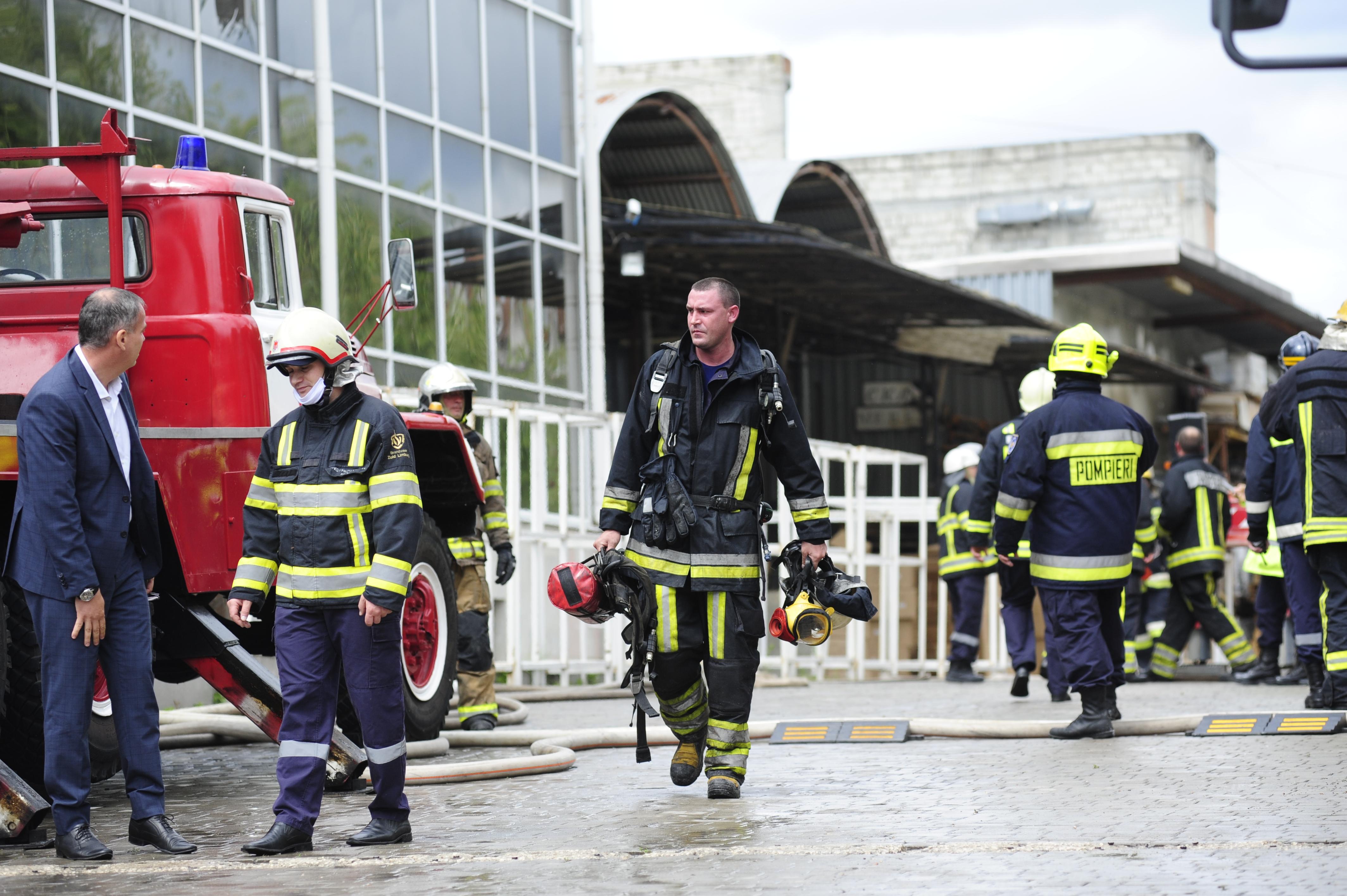 FOTOREPORTAJ Incendiul de la Moldexpo a fost lichidat. Flăcările au cuprins o suprafață de aproximativ 500 m2
