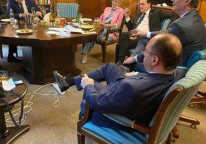 Курил в кабинете. В Румынии потребовали отставки премьера Орбана из-за неформального фото с министрами