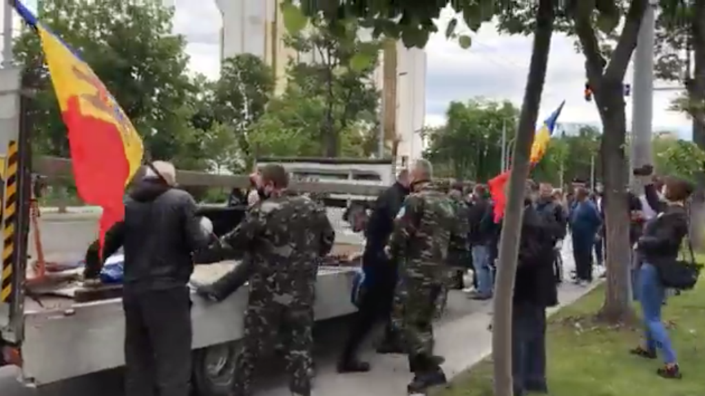 Наглавной площади Кишинева протестуют ветераны (ВИДЕО)
