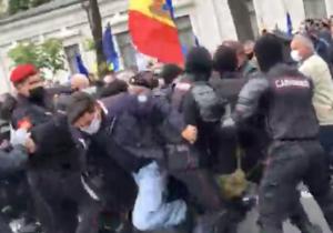Напротесте вКишиневе произошла потасовка. Ветераны пытаются прорвать кордон полиции (ВИДЕО)