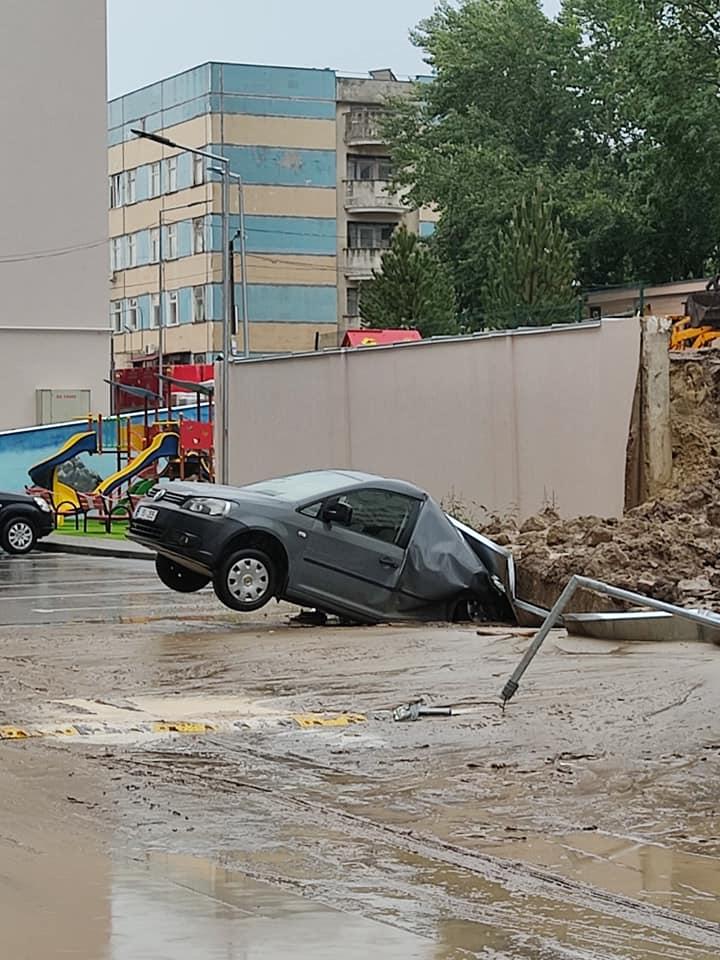 FOTO/VIDEO Mai multe mașini au fost avariate după ce un zid de pe un șantier de construcții s-a prăbușit