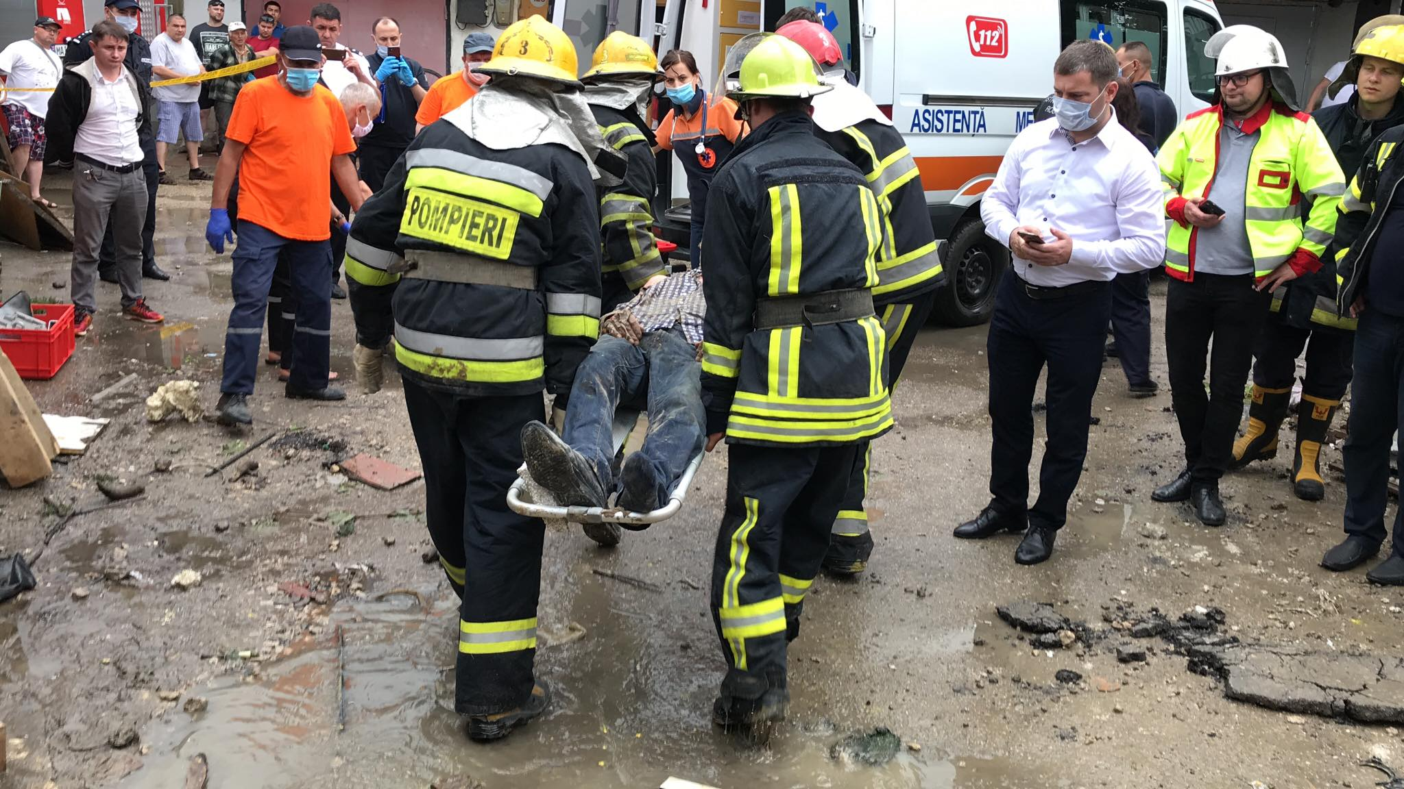 FOTO Explozie într-un garaj din capitală. Un bărbat a fost prins printre dărâmături