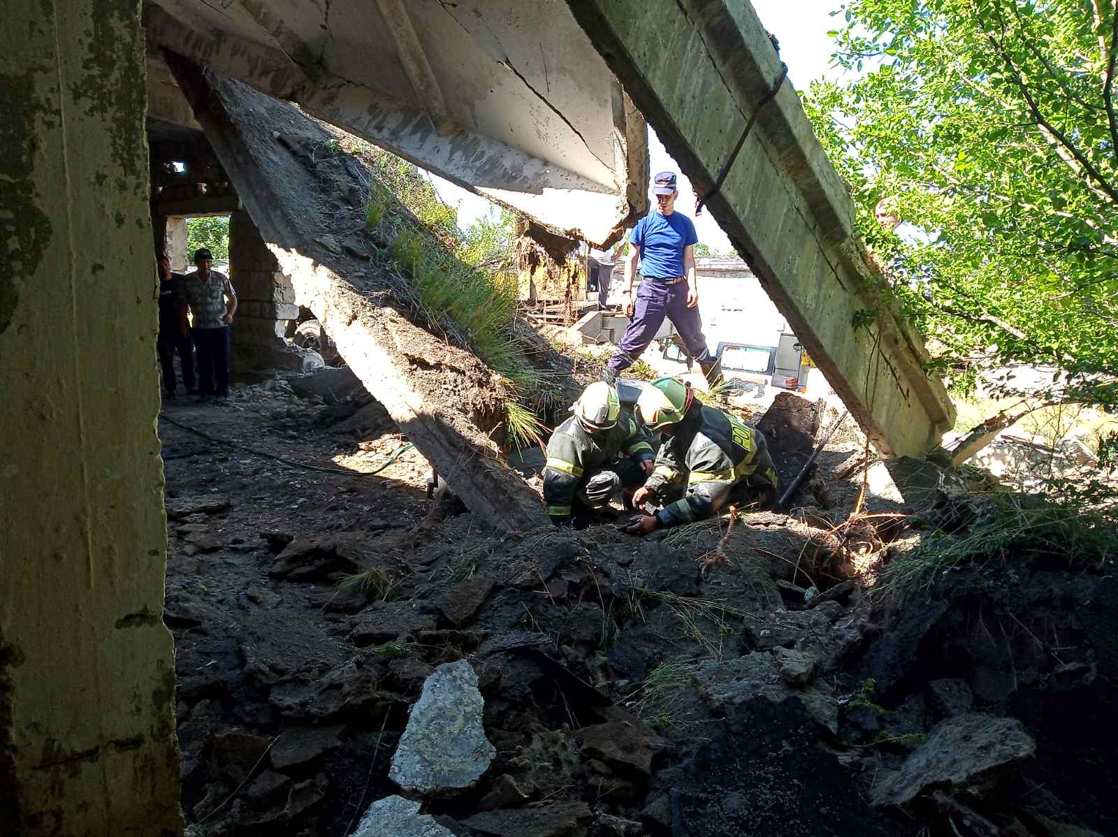 FOTO Un bărbat din Vulcănești, salvat din ghearele morții. A fost prins sub câteva plăci din beton