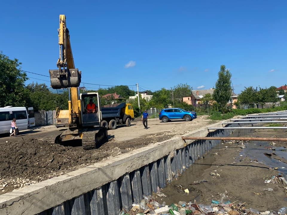FOTO Autoritățile au început lucrările de curăţare şi adâncire a albiei râului Durleşti