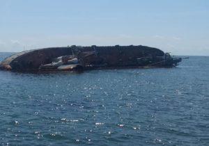 ВОдессе сзатонувшего танкера «Делфи» выливается топливо. Судно ходило под флагом Молдовы