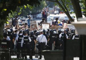 SUA: Proteste pentru a opta zi consecutiv. Pentagonul a trimis 1600 de soldați în Washington DC
