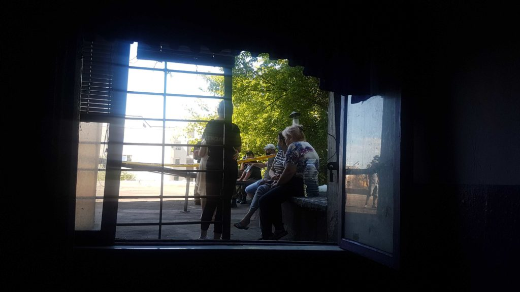 «Нескольких женщин повалили наземлю ибили». Репортаж NMсместа «боевых действий» при сносе жилого дома наБотанике