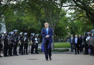 Трамп решил мобилизовать военных, чтобы остановить беспорядки вСША