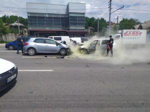 ВКишиневе столкнулись два автомобиля. Один изних начал дымиться (ФОТО)