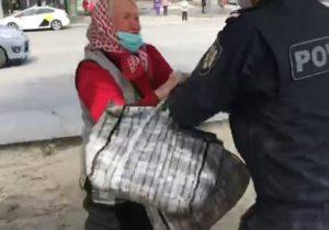 В Кишиневе уличный скандал между пожилой женщиной и полицейским попал на видео. Женщину оштрафовали на 22,5 тыс. леев