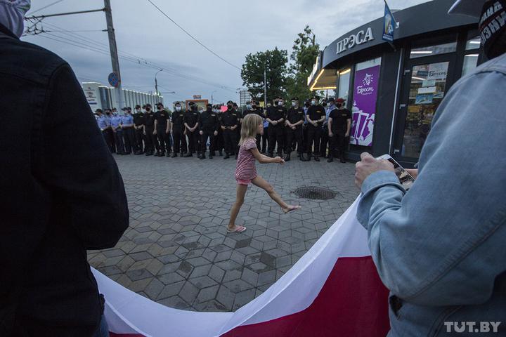 Вгородах Беларуси прошли акции протеста. ОМОН задержал более ста человек