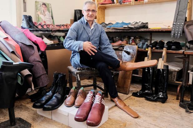 FOTO Pantofi pentru distanțare socială. Invenția unui cizmar român care a făcut înconjurul lumii