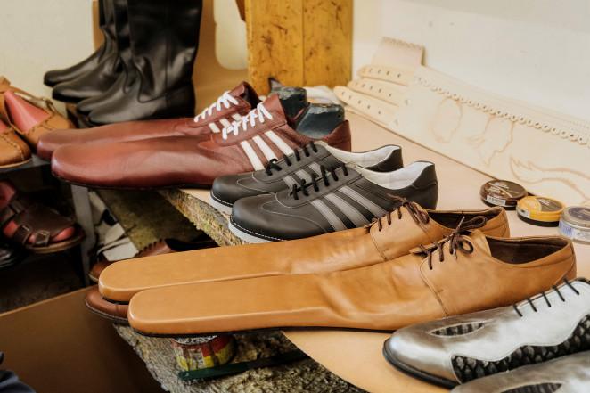 Сапожник изРумынии делает специальную обувь, позволяющую соблюдать дистанцию (ФОТО)