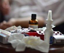 Cum sunt tratați la domiciliu bolnavii de COVID din Moldova. Cât costă tratamentul și de ce medicii prescriu medicamente inutile