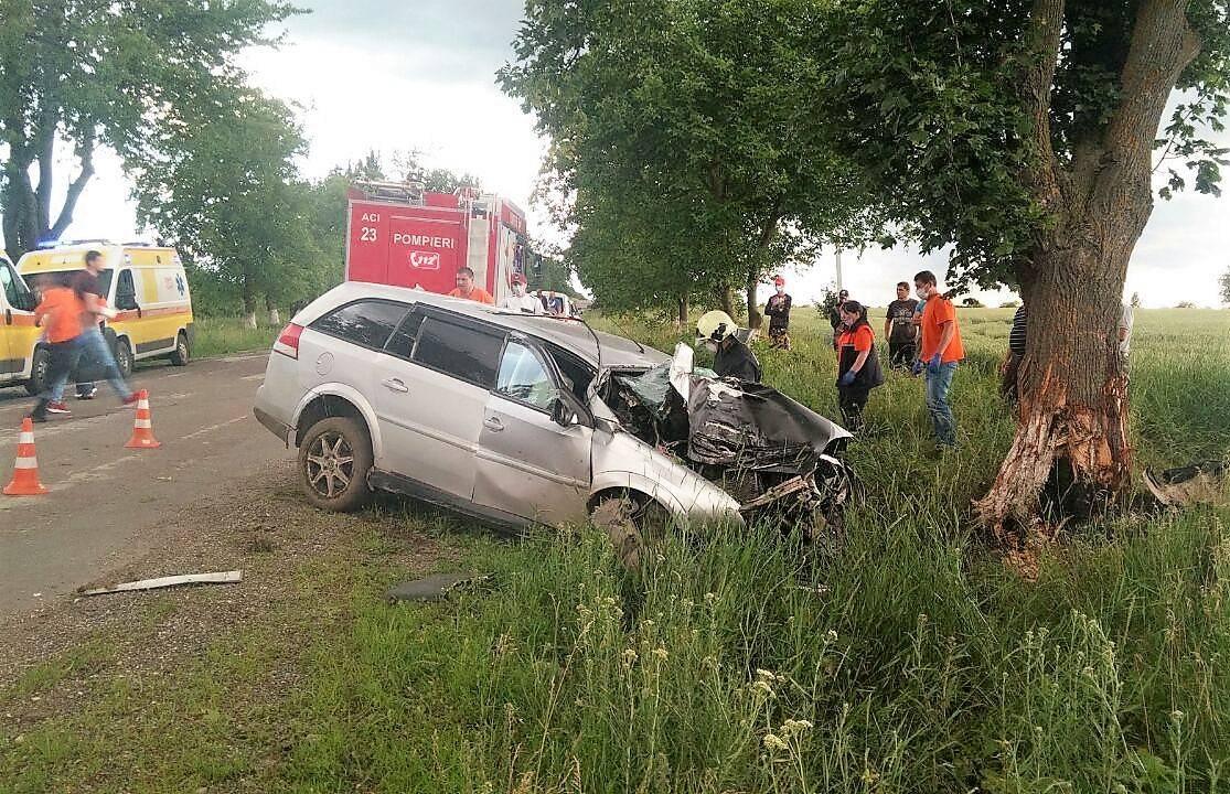 FOTO Un șofer de 31 de ani din Edineț a murit, după ce a intrat cu mașina într-un copac