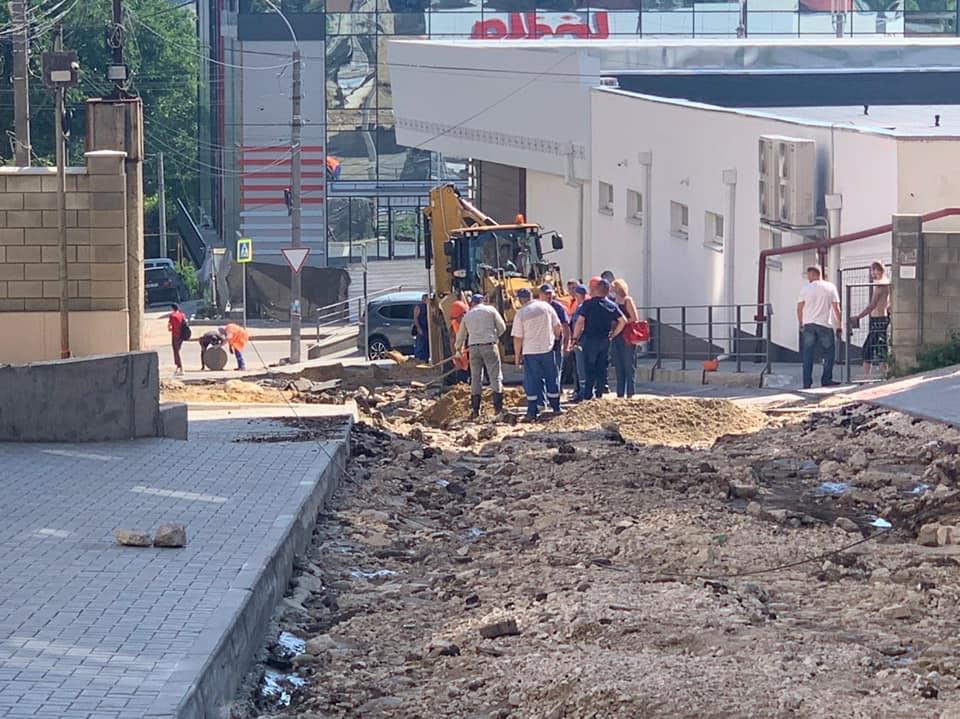 В Кишиневе ливни разрушили несколько дорог. Столичные власти приступили к ремонту (ФОТО)