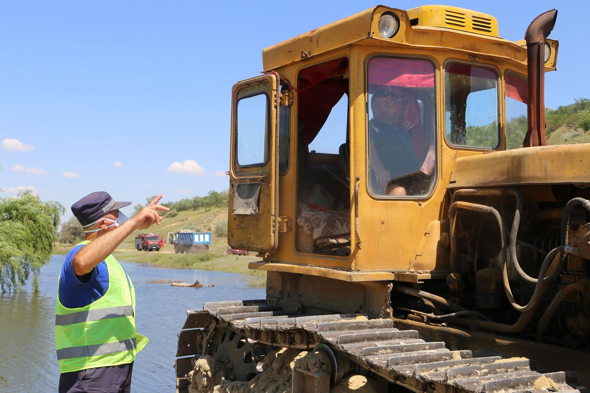 FOTO/VIDEO Dig de trei metri în localitatea Ghioltosu, raionul Cantemir. Salvatori, polițiști și localnici s-au mobilizat pentru a proteja gospodăriile de ape