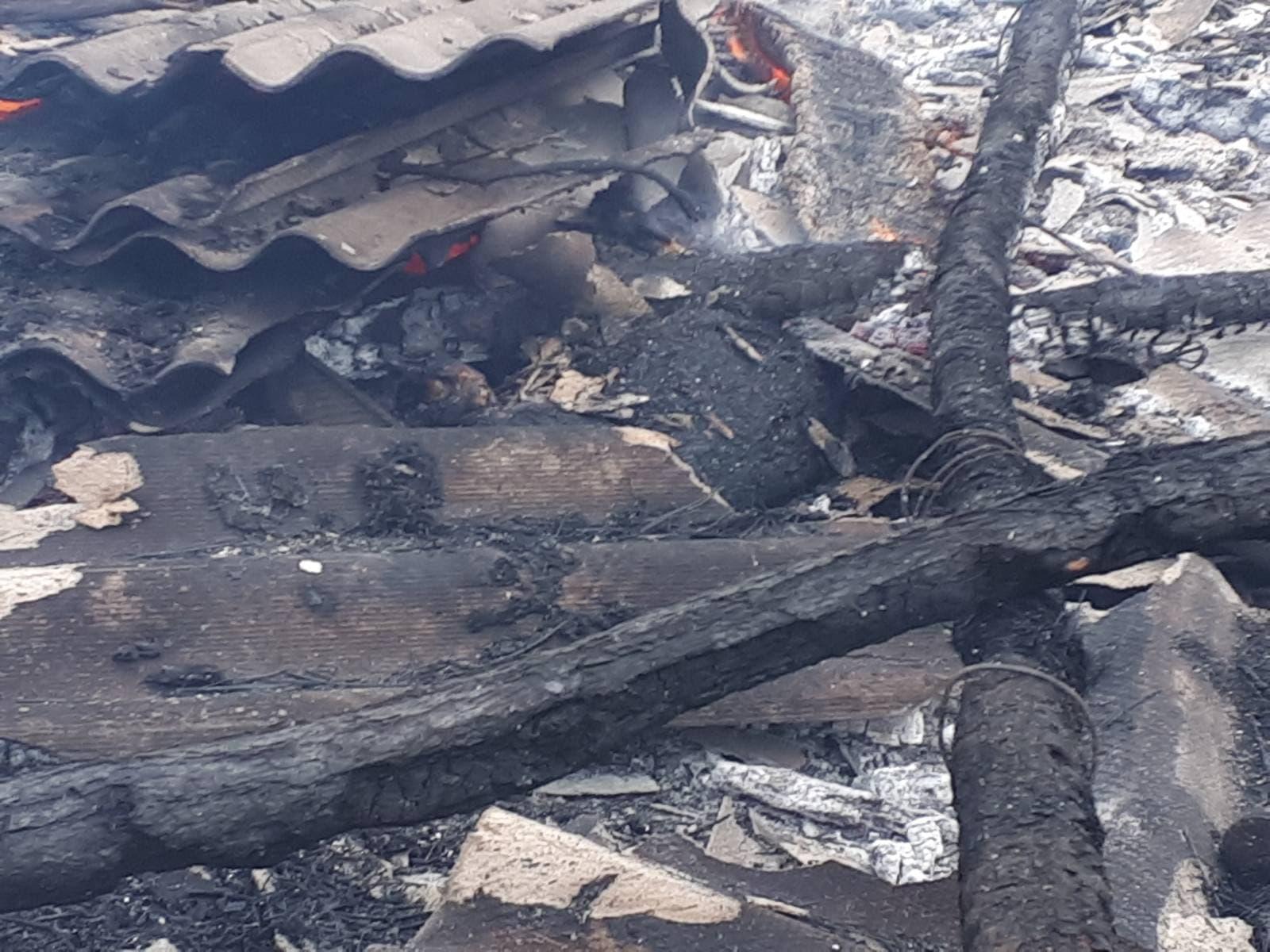 FOTO O gospodărie din raionul Leova a fost cuprinsă de flăcări, după ce doi copii s-au jucat cu chibriturile