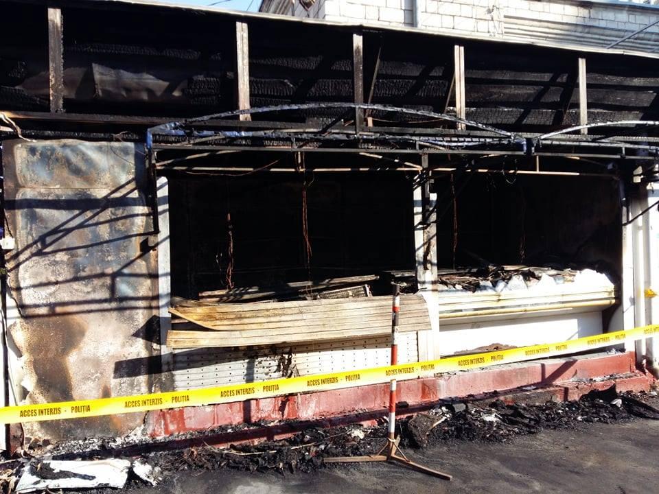 FOTO Incendiu nocturn la Piața Centrală. Cinci gherete au fost mistuite de foc
