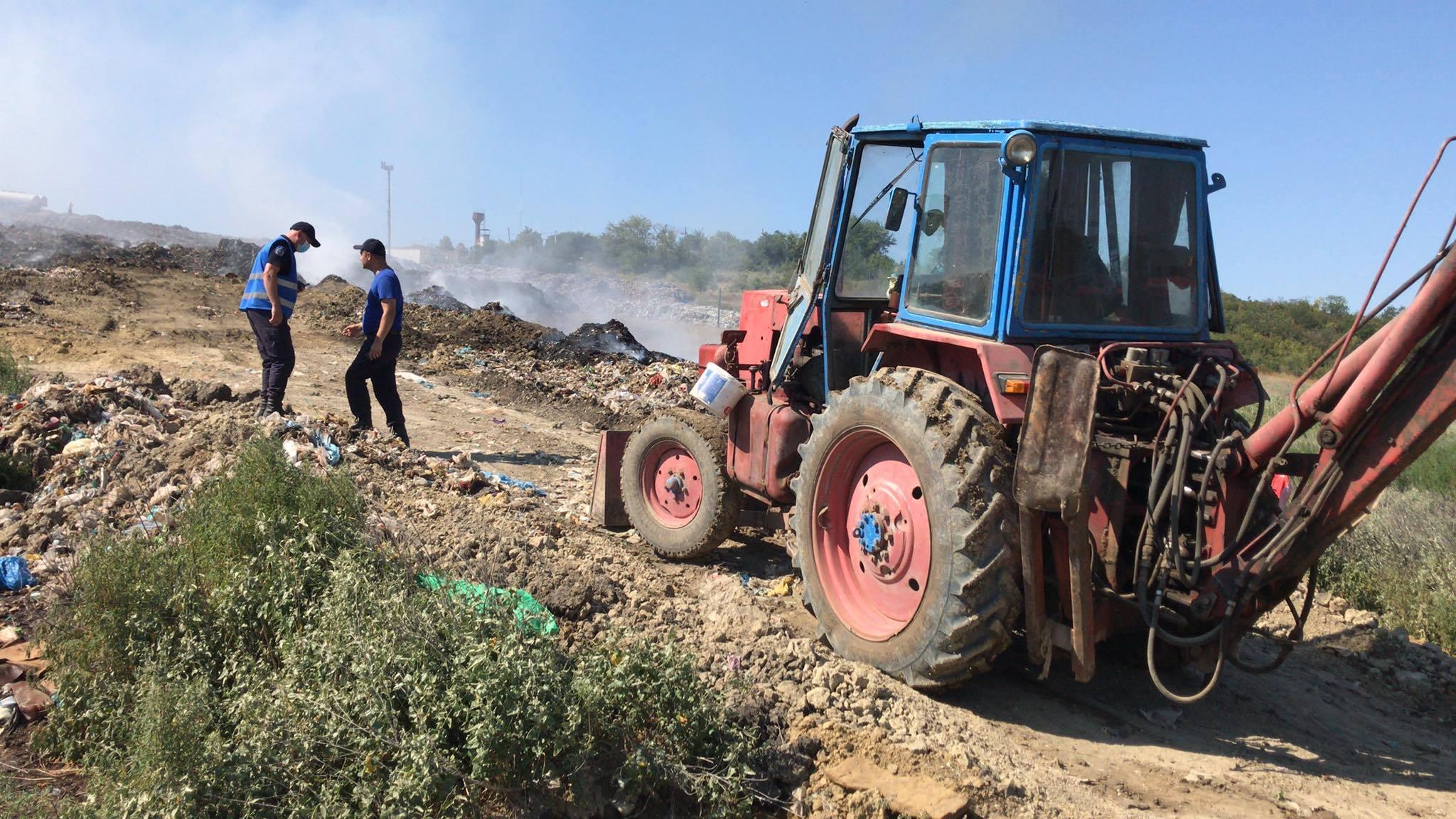 FOTO A treia zi consecutiv, pompierii sunt mobilizați la lichidarea incendiului de pe poligonul de deșeuri din Țânțăreni