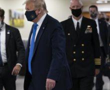 Трамп впервые за время пандемии надел маску. До этого он говорил, что это не соответствует его статусу