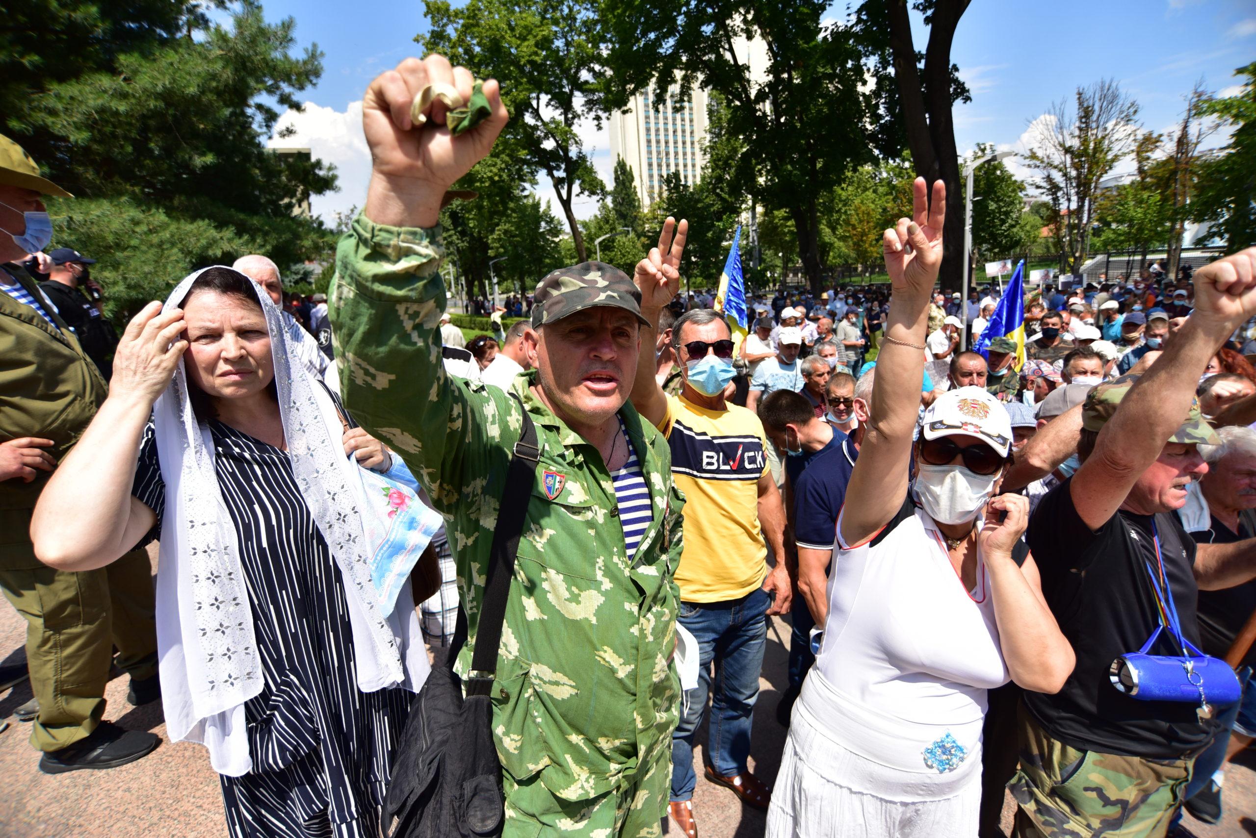 """""""Jos guvernarea"""", """"unire"""", limbă și muzică. Protestul veteranilor în fotoreportajul NM"""