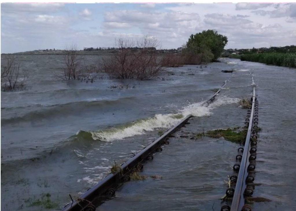 ВКагульском районе затопило железную дорогу. Движение поездов приостановили (ФОТО)