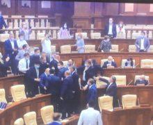 Крики «лжец», стук и свист. Как премьер-министр Ион Кику представляет отчет в парламенте (Видео)