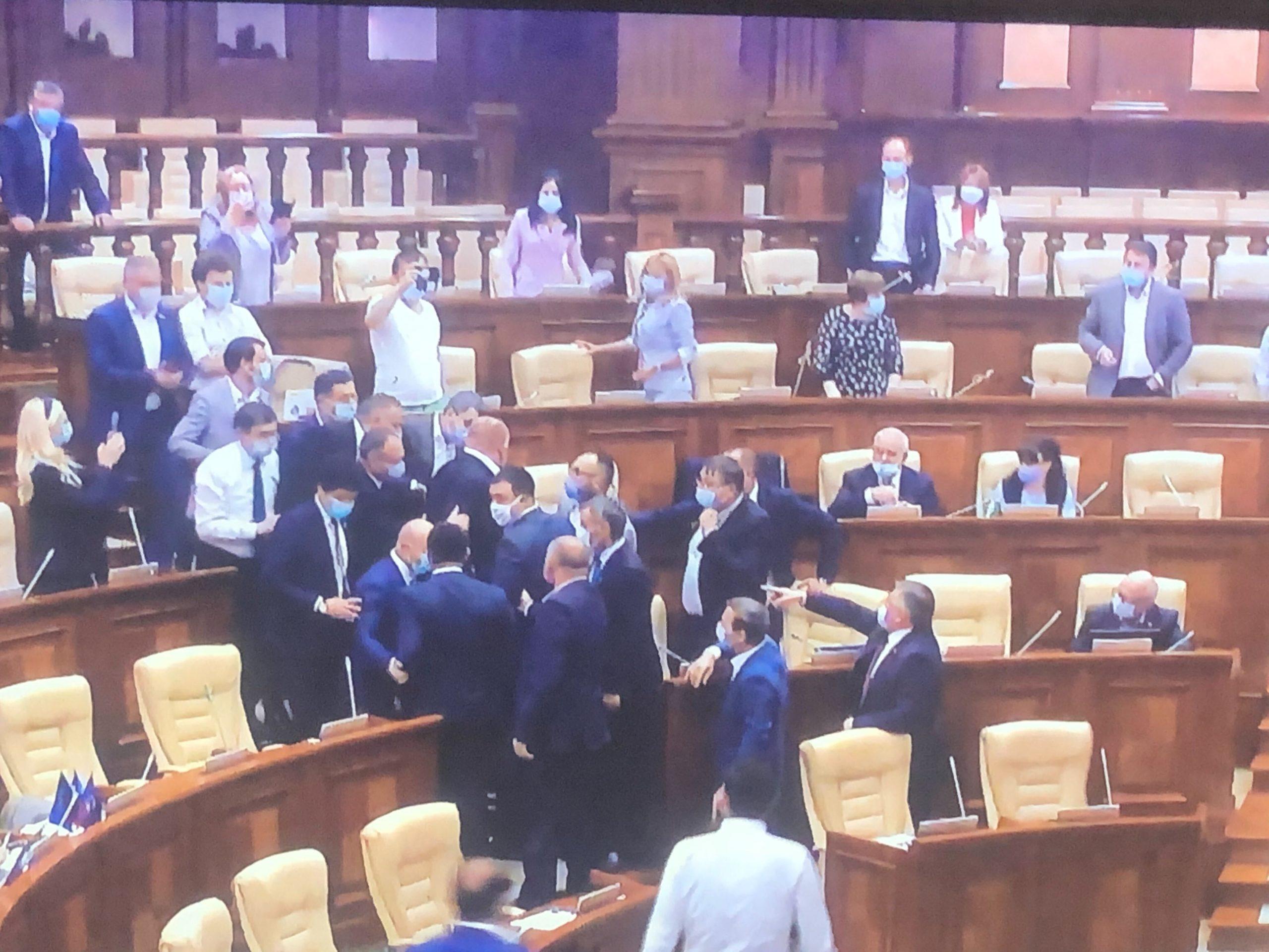 VIDEO Mai mulți deputați, la un pas de încăierare. Președinta legislativului a anunțat o pauză de 30 de minute