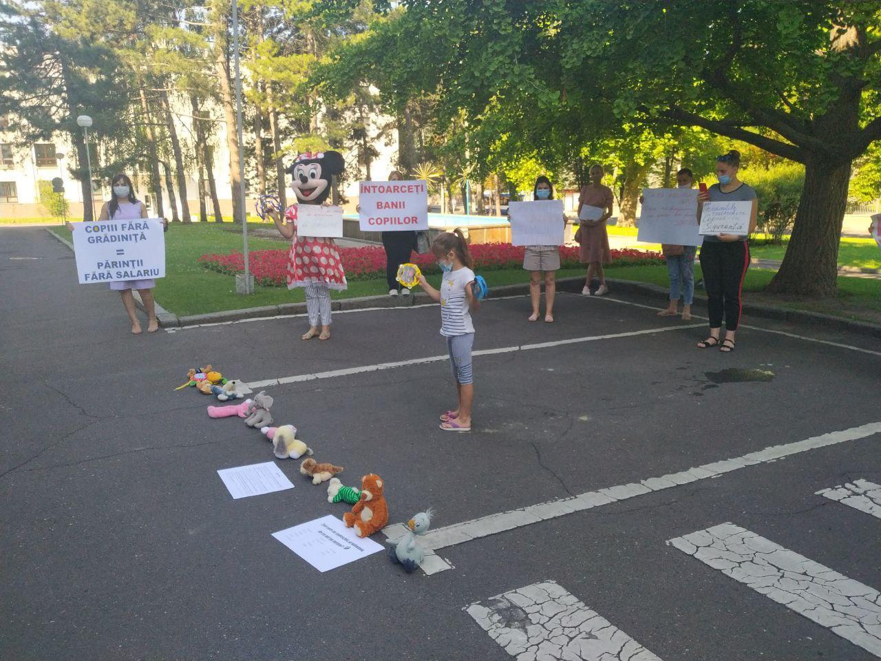 (VIDEO) Protest în fața guvernului. Un grup de activiști cere redeschiderea grădinițelor