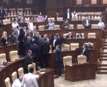 Парламентских журналистов пустили взал заседаний. Перед этим в коридоре произошла потасовка с охраной (ВИДЕО)