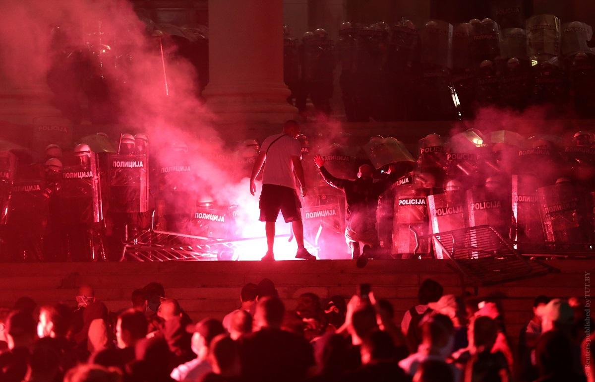 FOTO Proteste de amploare la Belgrad. Un grup de manifestanți a pătruns în clădirea parlamentului