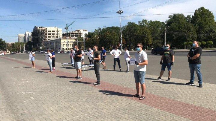FOTO/VIDEO Protest în fața guvernului, din cauza sistării activității piscinelor