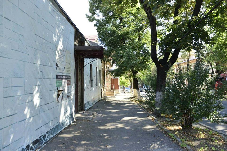 На двух улицах в центре Кишинева отремонтируют тротуар. Там не будет велосипедных дорожек (ФОТО)