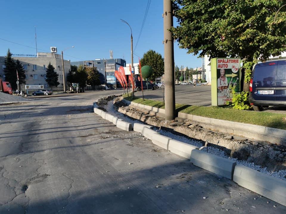 FOTO Lucrările de renovare de pe strada Albișoara sunt în toi. Pe o porțiune de drum a început instalarea bordurilor noi