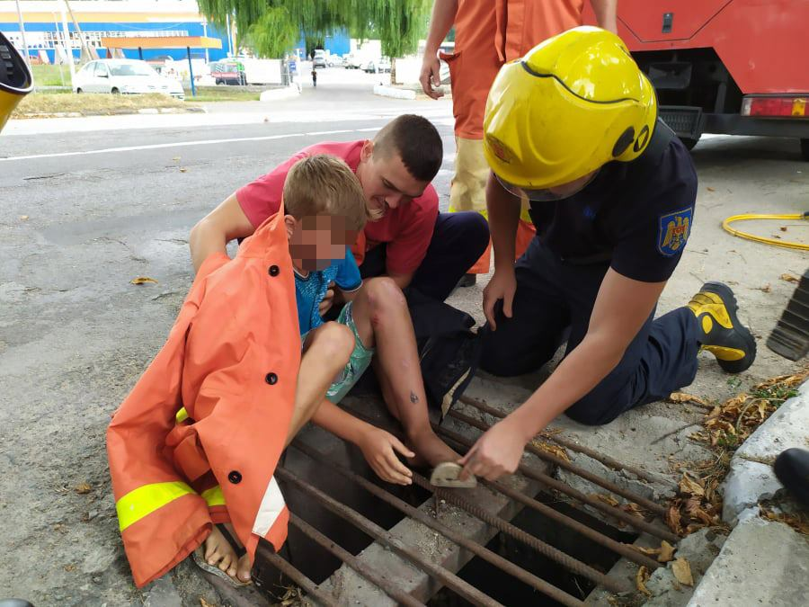 (FOTO) Intervenția salvatorilor la Ocnița, pentru a debloca un copil care și-a prins piciorul într-o gură de scurgere
