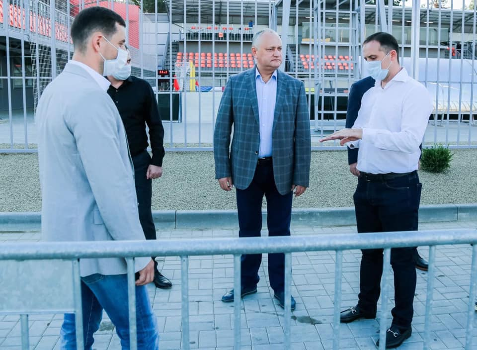 ВКишиневе открылся стадион для пляжного футбола. Напервый матч пришел Додон (ФОТО)