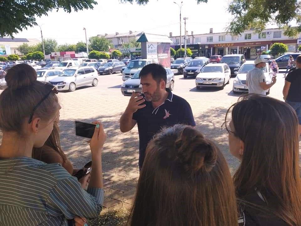 «Верните нам школы иуберите намордники!» Почему вКомрате отменили протест родителей против дистанционного обучения
