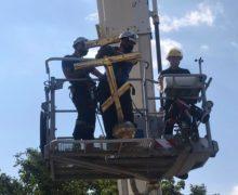 (VIDEO) Pompierii au demontat o cruce de pe o biserică dintr-un sat din Căușeni. Ce s-a întâmplat?
