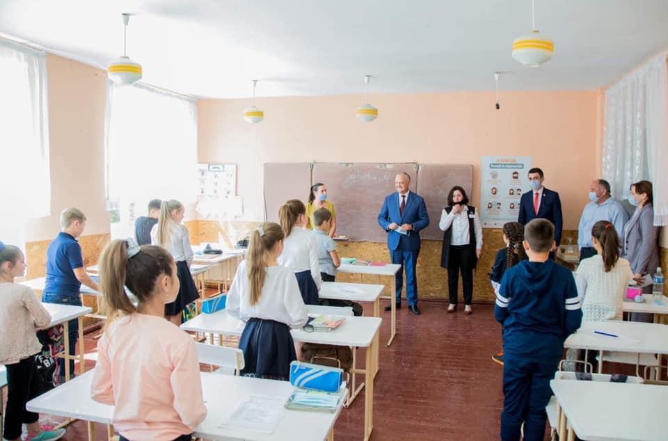 """Săgeată către președintele Dodon? Ministrul Educației critică """"vârfurile puterii"""" pentru intrarea în școală fără mască"""
